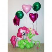 Пинки Пай на лужайке с шариками
